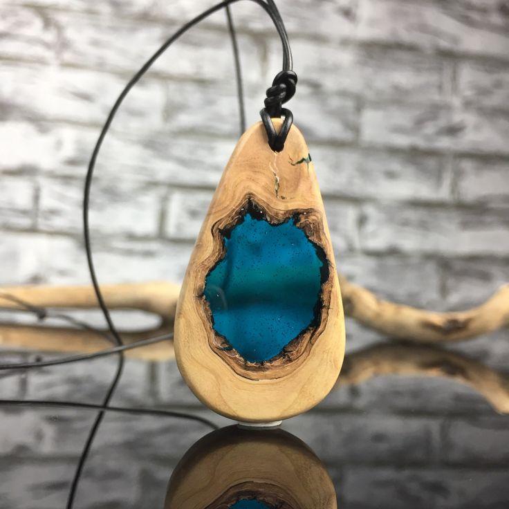 Bestseller/Resin Wood Necklace/blaue Harz Holz Halskette/present/Geschenk/Epoxidharz/Olivenholz 200 Jahre alt/wood jewelry/fluoreszierend