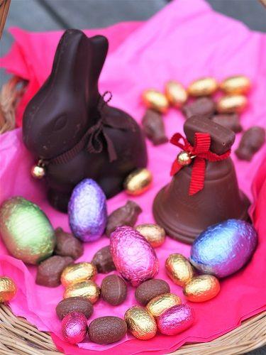 IN FRENCH // Origine et histoire des chocolats de Pâques Savez-vous pourquoi on mange des œufs en chocolat à Pâques ? D'où vient cette tradition de décorer, cacher œufs lapins  poules poissons friture… et de lancer une grande chasse aux œufs pour le plus grand plaisir des enfants (et des chocolatiers) ? Une fête ancestrale et multiculturelle, issue de coutumes païennes devenue célébration chrétienne de la résurrection de Jésus-Christ à la fin du carème Article de @mpkitchen