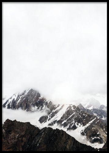 Poster med stilrent foto av berg och moln. Tavla med svartvitt fotografi med naturbild. Desenio.com