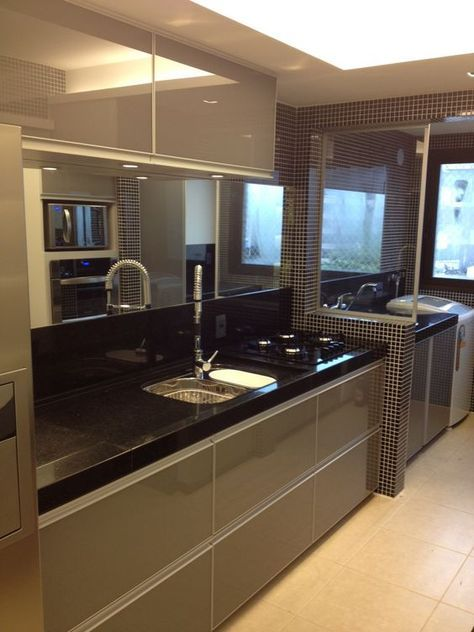 Cozinha planejada em tons neutros com espelho.