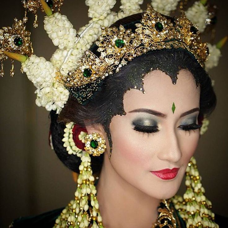 """""""We're in love with this traditional Madura wedding makeup! Adoring the metallic eyes with distinctive red lips that complements her paes perfectly. Who…"""""""