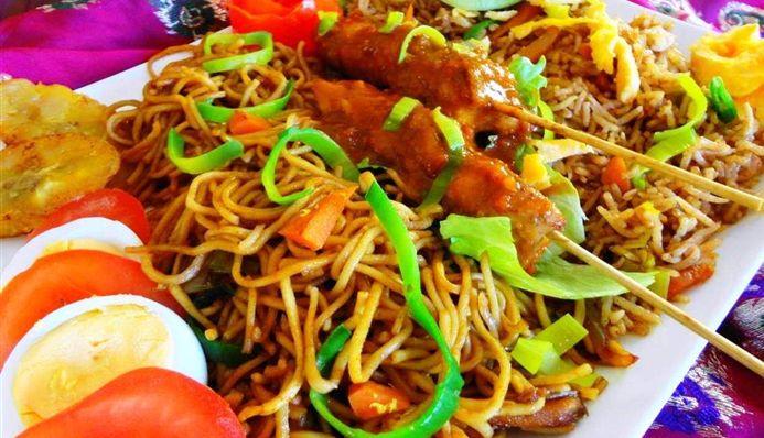 Surinaams eten – Double Delight Trafasie (feestelijke Nasi-Tjauw Min met Saté)