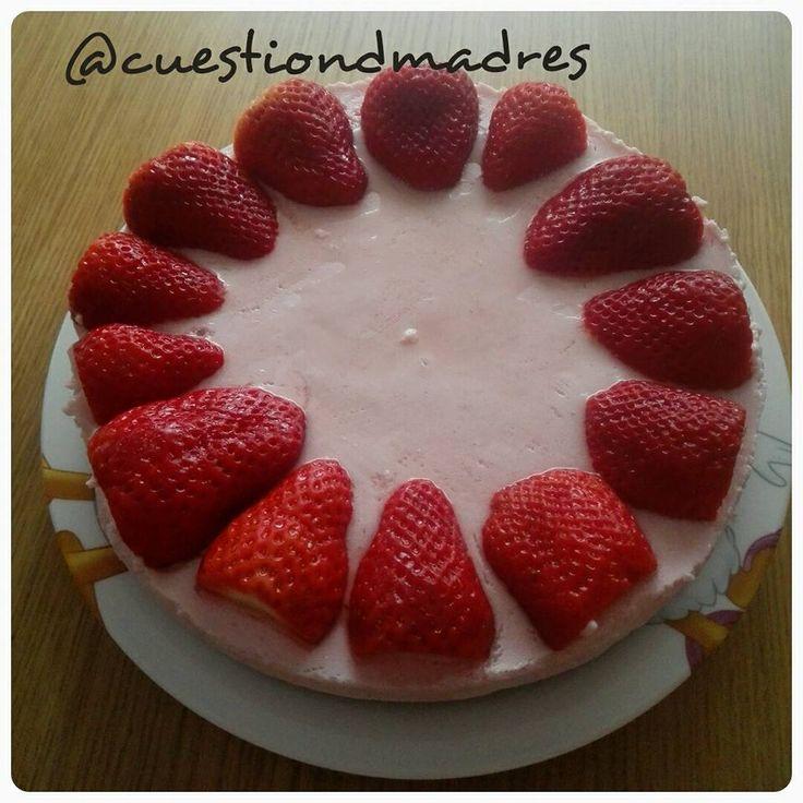 Para celebrar el día del padre hice una deliciosa y fresquita tarta de mousse de fresas que fue todo un éxito. No sobró nada y fue fácil de hacer