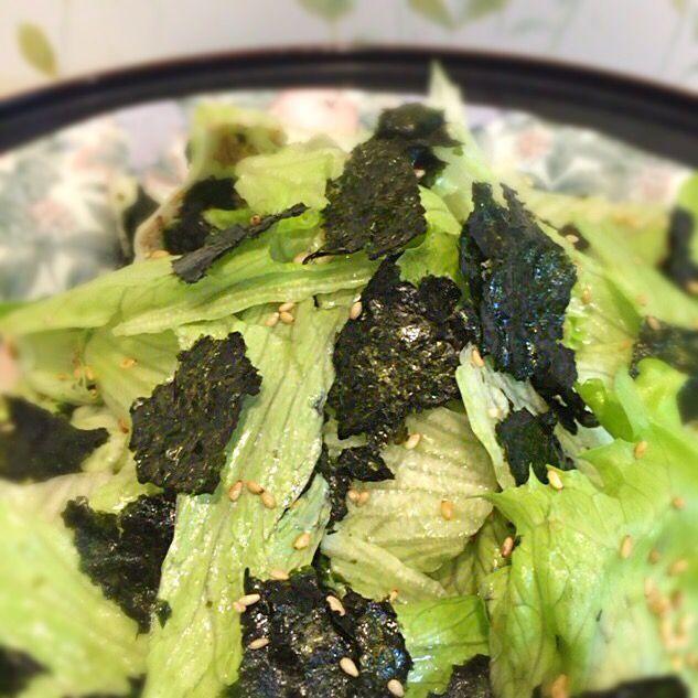 平日にアテを作るのは久しぶり。簡単でいくらでも食べられるやーつ(^^) - 8件のもぐもぐ - レタスと海苔のサラダ by shinkosuginWK