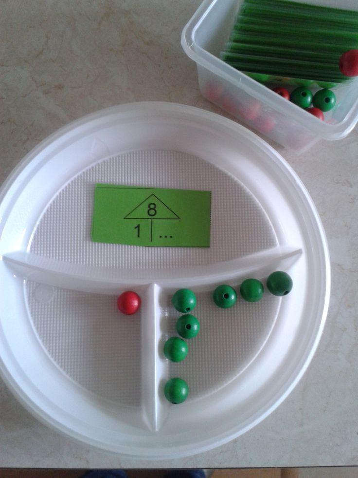 Splitsingen aanleren in het eerste leerjaar kan ook op een leuke manier! Neem een plastiek bordje en kleef bovenaan een kaartje met de opdracht. De leerlingen leggen daarna de parels op de juiste plaats. Aan de ommezijde staat de oplossing, zodat de leerlingen zichzelf kunnen verbeteren.  Splitsbordje. Aan de achterkant van het kaartje staat het antwoord. Zo kunnen de kinderen zelf controleren of ze het goed hebben.