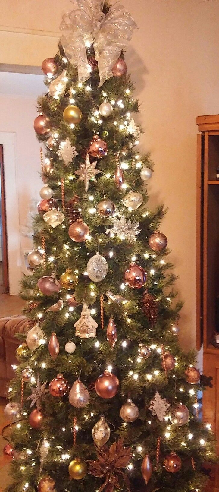 Lovin this victorian style Christmas tree in pinks silver and champagne and white