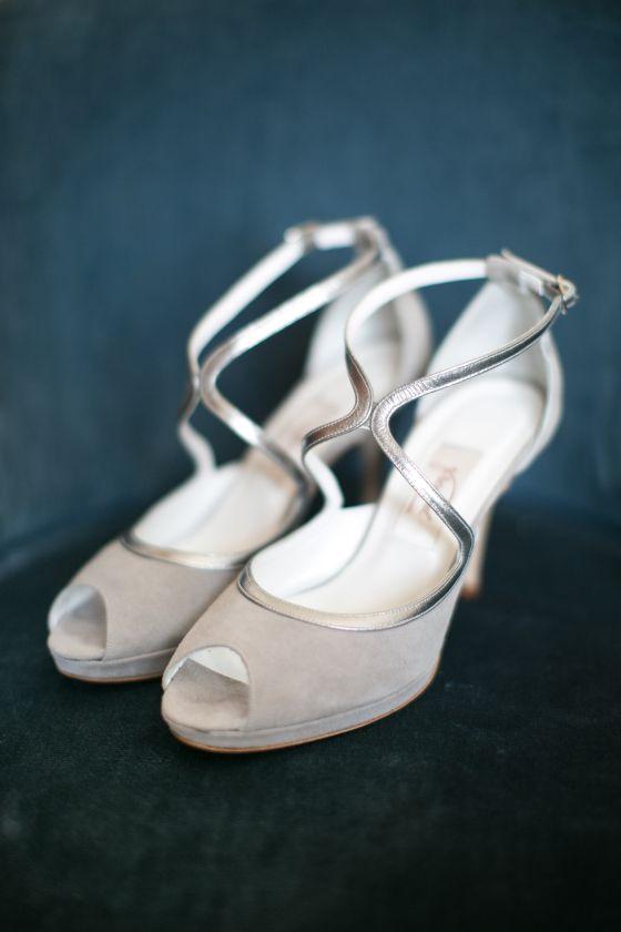 unos zapatos hechos a medida de Franjul de ante y en color gris clarito