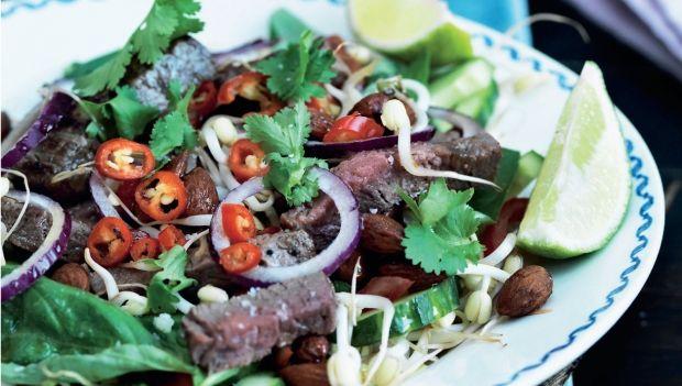 Ugens mandagsopskrift er thai-okse-salat med mandler og chilidressing. Få opskriften her