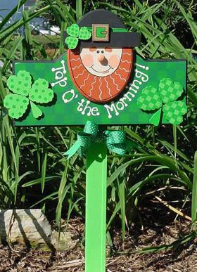Top O' the Morning Leprechaun Greeting This adorable smiling Top O' the Morning Leprechaun Greeting sign is sure to bring your home the luck o' the Irish. Display it outside your front door or in the driveway to celebrate in St. Patrick's Day festivities this March.