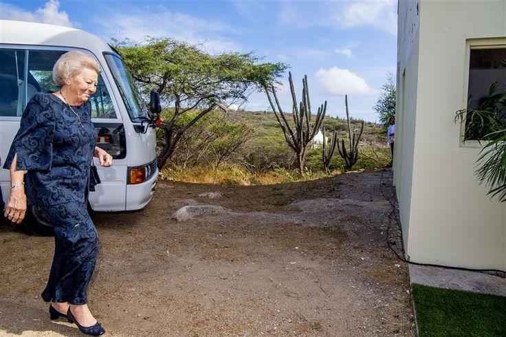 ORANJESTAD - Aruba moet zich inhouden bij het werkbezoek van prinses Beatrix. De prinses wilde geen toeters en bellen en niet te veel ruchtbaarheid aan haar aanwezigheid op het zonnige Caribische eiland. Dus geen schoolkinderen met vlaggetjes, of bekendmaking in de media van wanneer ze waar zal zijn.