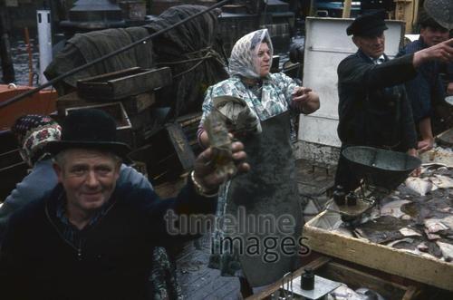 Fischmarkt in Hamburg, 1966 1Frido2/Timeline Images #Fischer #Fischerei #Angler #Angeln #Fisch #Fischen #Fishing #Fisher #Fishery #Fish  #Fischmärkte #Markt #Verkauf #Verkäufer #Händler #Hafen