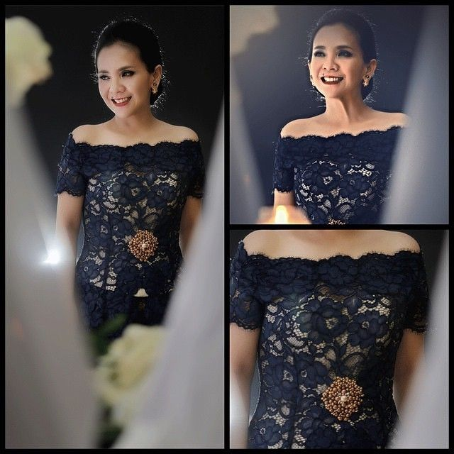 First off, the chic @yanisoemali in a black off-shoulder #kebaya adorned by a gold brooch. Loovee.. #kebayainspiration #Indonesia #blackkebayaweek