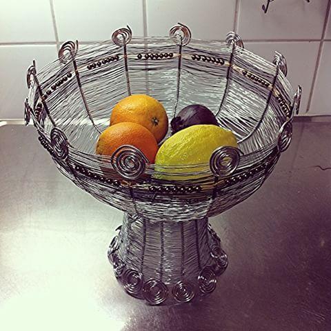 Kvällens pyssel. En skål igen. Luffarslöjd så klart.#luffarslöjd#trådarbete#handycraft#design#byvaivot#inspiration#hantverk#wirecraft#sweden#skål#frikt#fruite#citron#lemon#stilleben