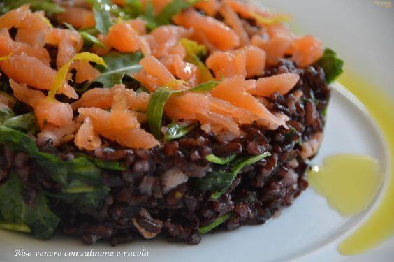 Riso venere con salmone e rucola. Un piatto unico sano e leggero, con pochi grassi e tanto gusto. Perfetto in estate con il caldo, ma è anche per i buffet.