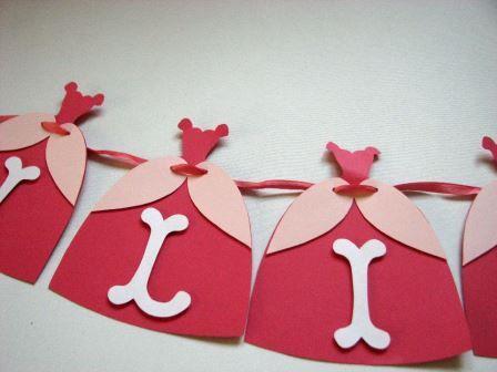 Banner nume realizat manual din carton colorat, personalizate cu elemente de petrecere tematica Printese  Dimensiunea unei litere este 11 x 13 cm, pretul afisat este pentru o litera
