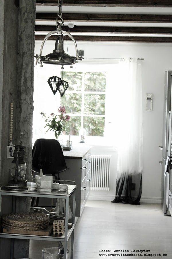 svartvita gardinter i köket, köksgardin, köksgardiner, serveringsvagn, serveringsvagnar, rullvagn, vagn med hjul, vit parkett, kök, 2014, svart och vitt, inredning, inspiration, barstolar, marmor,