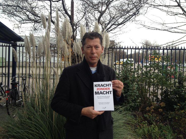 Uitgever Marcel trots met de vijftiende titel van Futuro Uitgevers: 'Kracht zonder macht'. Vandaag het proefboek opgehaald bij de drukker. #krachtzondermacht #futurouitgevers