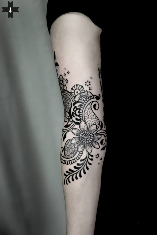 Flowers. Done by resident artist El Bernardes at Giahi Tattoo & Piercing, Löwenstrasse 22.