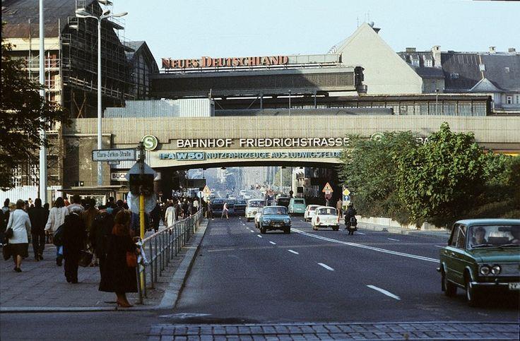 Berlin, Friedrichstraße. Straßenbild von der Kreuzung Clara-Zetkin-Straße zum Bahnhof Friedrichstraße | Gerd Danigel, 1985