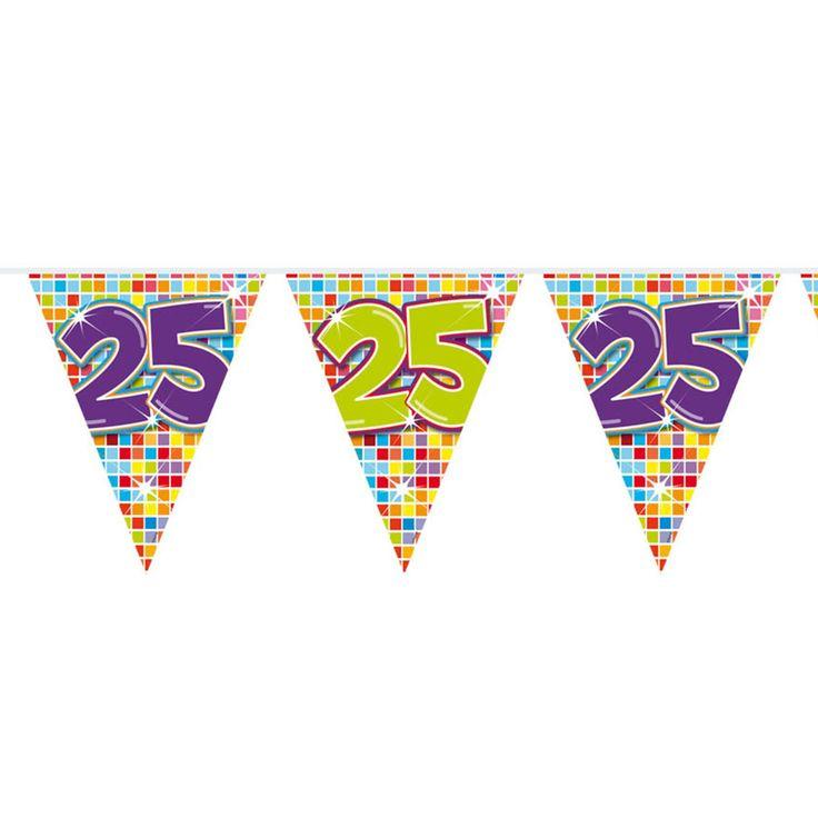 Een kwart eeuw geleden geboren of getrouwd? Dat verdient een feestje! Met deze mini vlaggenlijn creëer jij alvast de sfeer voor het feest. De slinger is enkelzijdig bedrukt, heeft 12 vlaggetjes en is 3 meter lang.Afmeting:  lengte 3 meter - Mini Vlaggenlijn Blocks 25 jaar, 6mtr.