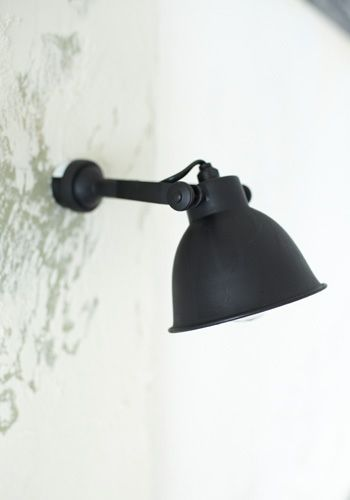 Wandlamp met industriele uitstraling