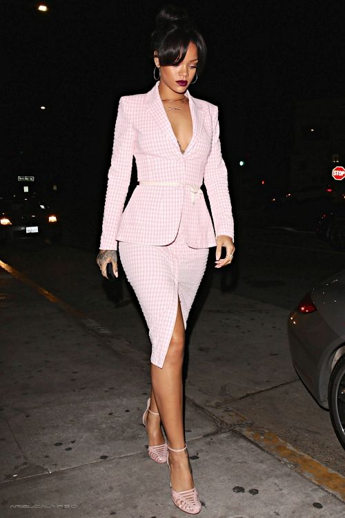 "arielcalypso: Rihanna at ""Giorgio Baldi"" restaurant in Los Angeles. (18th November) BGKI - the #1 website to view fashionable & stylish black girlsshopBGKI today    6      2"