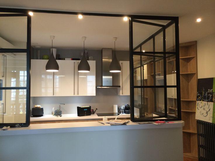 Cette cuisine fait partie d'un appartement entièrement rénové à Paris 15ème. Après enlèvement complet de l'ancienne, création d'une cuisine avec verrière ouvrante