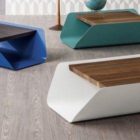 Bend è un tavolino longitudinale, composto da un'unica lastra di acciaio verniciato dalla superficie liscia, le cui ali accolgono il piano in massello di legno caratterizzato da un alto spessore. La forma e l'organizzazione dei piani su due livelli consente il contenimento di oggetti nel vano. Disponibile in due diverse dimensioni.