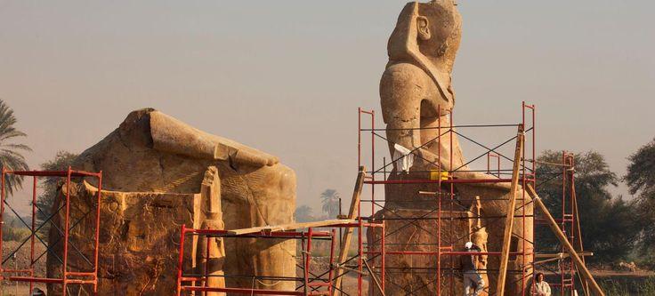 Depuis 1998,l'archéologue arménienne Hourig Sourouzian dirige les fouilles du temple d'Amenhotep III; elle y travaille sans relache à remettre debout ces deux statues géantes de quartz rouge.