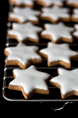 Christmas Cookies: Zimtsterne >> So pretty and they sound yummy too. Recipe is in Italian.