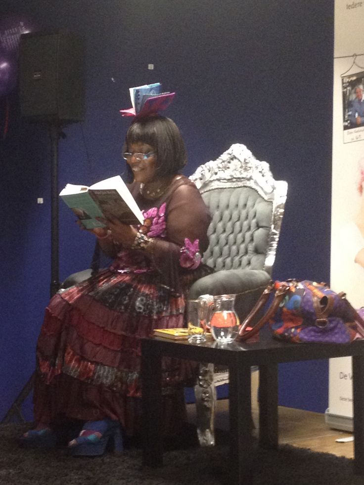 Gerda las voor tijdens de Voorleesweek van de bibliotheek