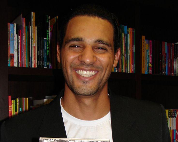 """A vida de aluno do ex-assaltante e agora, professor de português, Marcos Lopes, foi um tanto conturbada. Ele mesmo fala que era considerado um """"demoniozinho"""" pelos professores e colegas de sala. Embora tenha frequentado bocas de fumo quando adolescente, Marcos deixou de ser assaltante para se dedicar aos livros. A explicação para isso esteja, talvez,...<br /><a class=""""more-link""""…"""