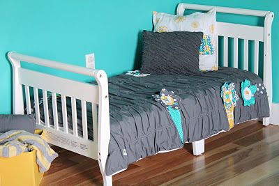 Ruffled comforter tutorial (for a toddler bed) from two little hooligans.