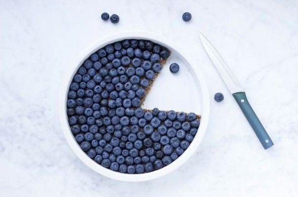 Dadeltaart met chocolade, karamel en blauwe bessen - 5 x toetjes die perfect zijn om in te zetten tijdens kerst - Food - Lifestyle