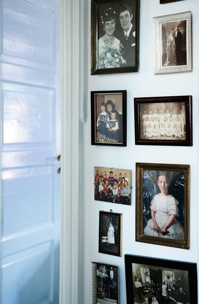 GALLERI: For å gi entreen personlighet er familieportrettene samlet i en kollasj på veggen. Døren er malt med Exolit V 40/70 i glans 70 fra Flügger. Blank maling er lett å tørke av.