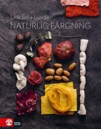 I den här praktiska inspirationsboken tar växtfärgningen nya former. Du får lära dig hur du på ett enkelt och giftfritt sätt kan färga tyg, garn och klädesplagg i naturfibrer. Färgämnena finns i mat och i det vi annars skulle slänga som blast, kärnor och avkok från bland annat olika grönsaker. Men färgämnen kan också extraheras från rostiga föremål som gamla spikar, nytto- och färgväxter.Boken ger en bild av färgningens historia och hur det ser ut idag. Den innehåller de baskunskaper du…