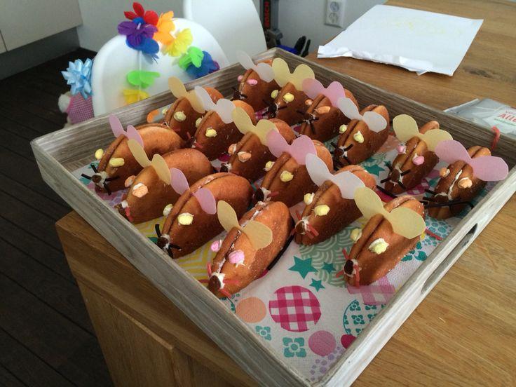 Yes gelukt! Muisjes als traktatie voor Daley zijn derde verjaardag Inhoud: eierkoek, rozijntjes, dropveter, chocopasta en eetpapier
