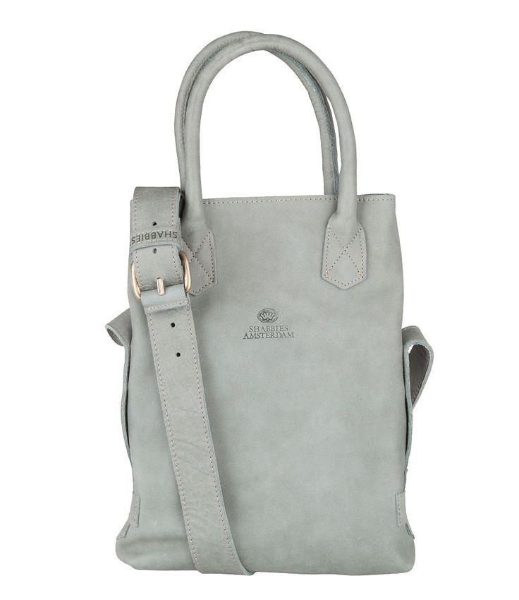 Deze Shabbies Bag Small is een slag kleiner dan de bekende Shabbies Bag. De tas is gemaakt van stevig tribe leer met een geschuurde structuur. (€239,95)