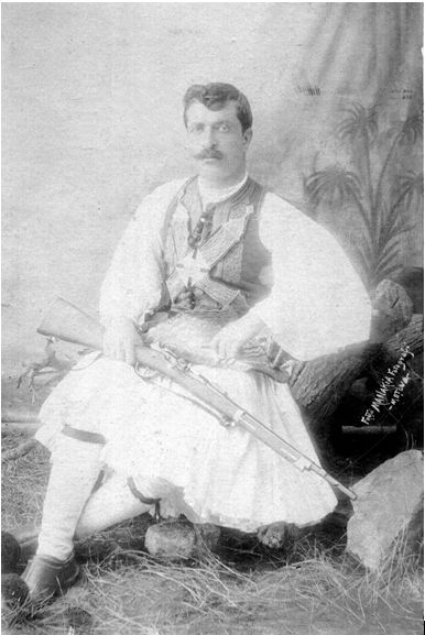 """Βλάχος αρματολός / φύλακας του ορεινού χωριού τη χειμερινή περίοδο. """"Εθνογραφικό Λεύκωμα"""" 1906. Αφοί Μανάκια."""