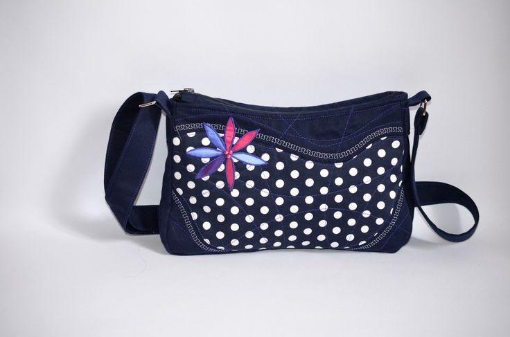 ELEANORka little no. 3 Originální handmade patchwork kabelka tmavě modré až tmavě fialové barvy s detailním prošitím kabelky. Určeno pro všechny milovníky patchworku. Rozměry: výška: 18 cm šířka: 28 až 30 cm (směrem ke dnu kabelky) Kabelka je vyztužená-pěkně drží tvar. Uvnitř kabelky je polyesterová podšívka a kapsičku na zip. Popruh kabelky je volně nastavitelný.