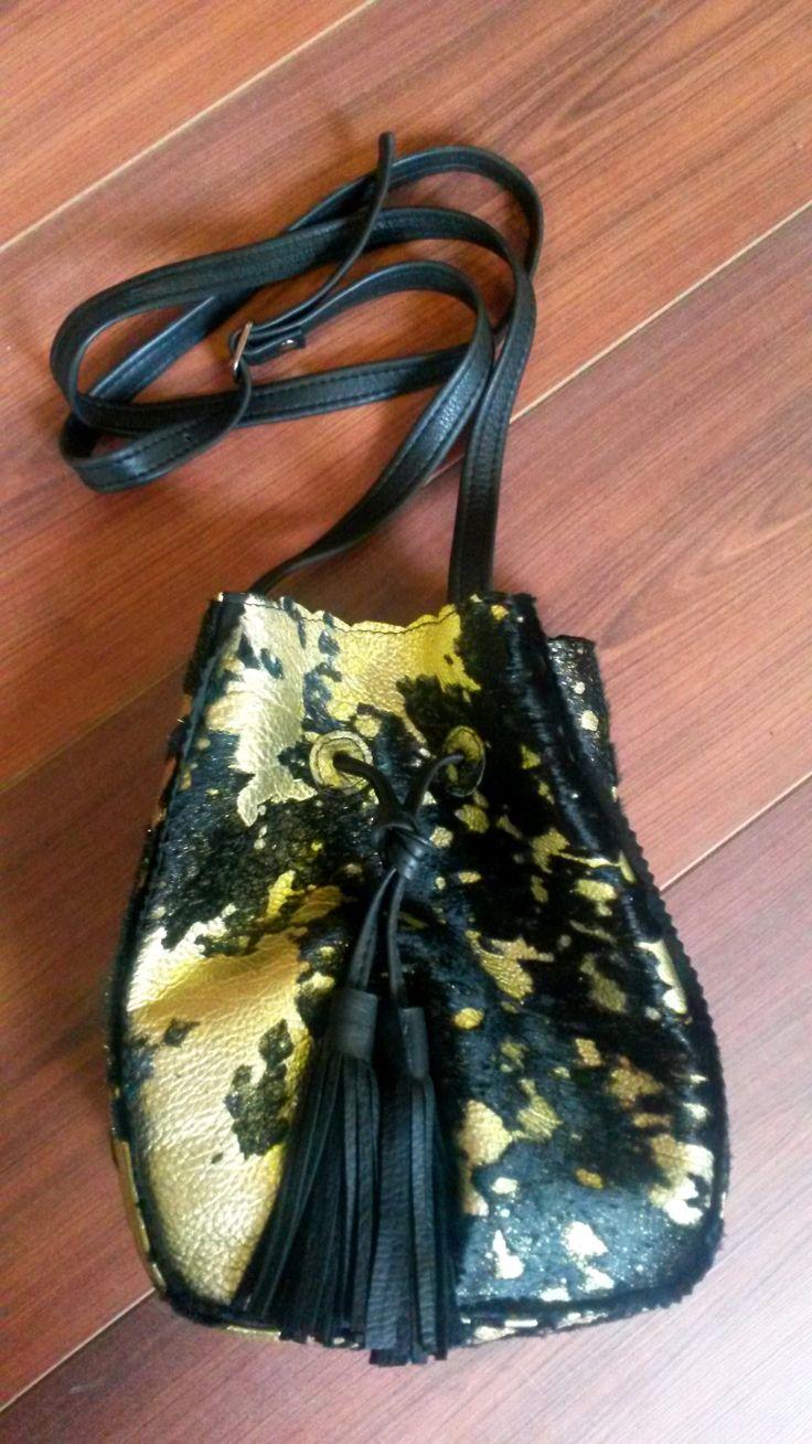 Morral chico, negro y dorado y textura con pelos. #bags #leatherware