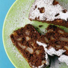 Ingredienti250 g di farina integrale100 g di zucchero di canna3 cucchiai di cacao amaroun kg di pere abate3 uova5 cucchiai di oliouna aranciauna bustina di lievito2 cucchiai di zucchero a velo &nb