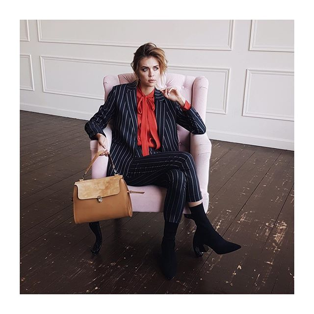 Костюм в тонкую полоску и алая блуза с бантом от Jana Segetti #fashion #style #streetstyle #look #inspiration