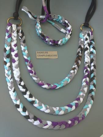 Original Collar elaborado en trapillo 100% y con motivos estampados, los colores predominan son los morados, marrones grises, verdes agua y blancos, intercalados sobre tres trenzas y adosados a las anillas superiores.