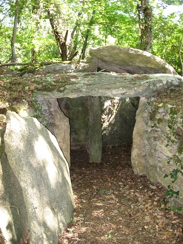 Le Tombe (VII sec. a.C), hanno larghe pietre piatte per pareti. Un'altra pietra centrale, messa in verticale, bipartisce lo spazio e serve da sostegno alla pietra di copertura. Un'altra pietra chiudeva l'ingresso