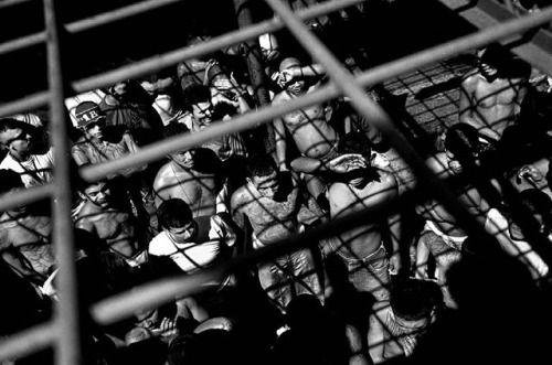Nikon 100th Anniversary: 100 anni di storie Kadir Van Lohuizen Nikon European Ambassador ha ricevuto l'autorizzazione a entrare in una prigione controllata dalle gang di San Salvador la capitale di El Salvador. Al suo arrivo gli fu negato l'ingresso in quanto il rischio di essere rapito era troppo alto. Ottenne successivamente l'autorizzazione ma la sua fotografia dal tetto si dimostrò la migliore che avesse scattato: i detenuti durante l'ora all'aria aperta. Kadir Van Lohuizen con Nikon…