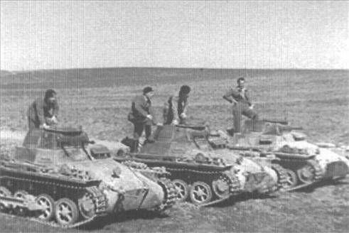 Galería de fotos La base secreta de las Arguijuelas de Cáceres -El 'Panzer Gruppe' instruye sobre el manejo de los tanques. - El Periódico Extremadura