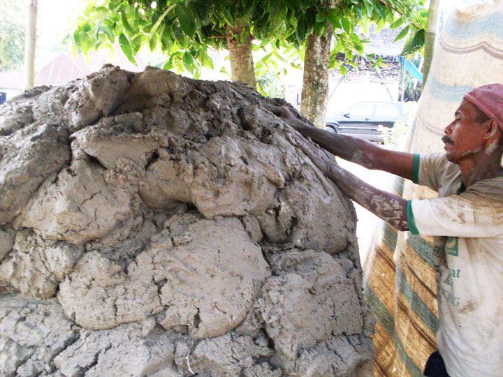 Trabalhador moldando argila para fazer tijolos (Foto: Matheus Pinheiro de Oliveira e Silva)