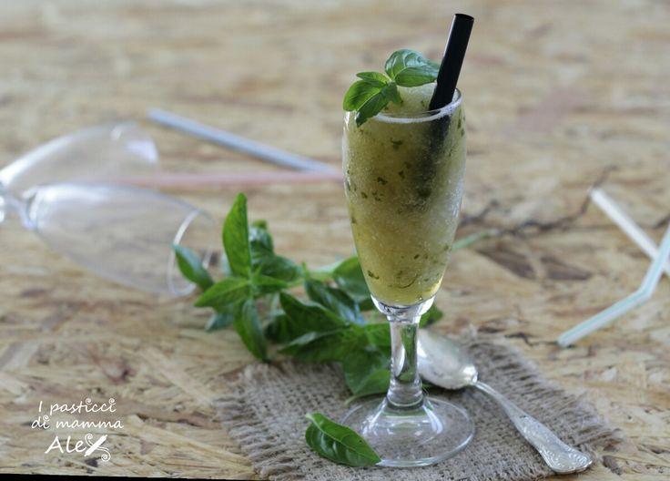 Per chi si chiede come fare la granita in casa , ecco la semplicissima ricetta di quella al basilico e limone, fresca e dissetante, da gustare a fine pasto