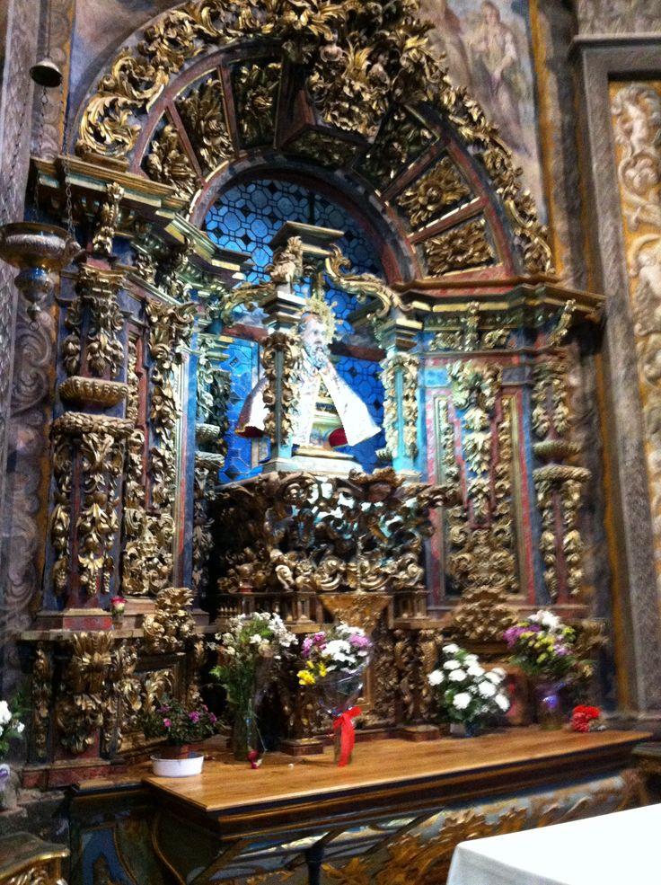 San Saturio en la capilla de su ermita escarbada en una gruta en Soria